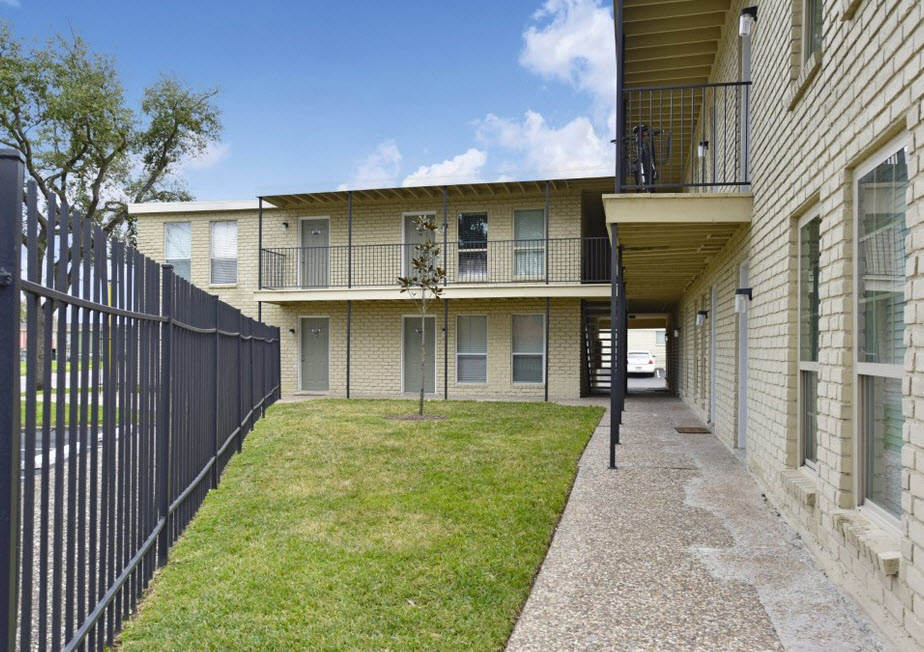 Country Club Place Apartments , TX